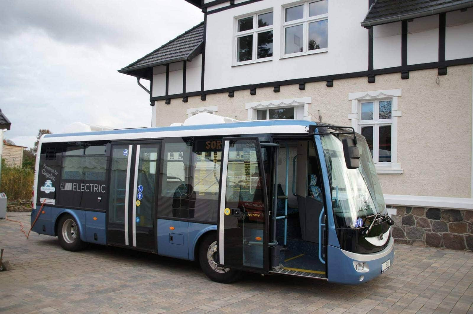 Elektrobus SOR EBN 8 vor Hauptgebäude Prignitzer Leasing AG