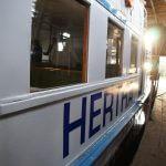Winterquartier des Ausflugsschiffes Hertha im Sonnenlicht