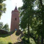 Bergfried Burg Putlitz mit Treppe vom Parkplatz